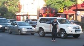 VIDEO// Na raskrsnici totalni haos, ali pojavio se ovaj dečko i sve to rasčistio za 2 minuta!