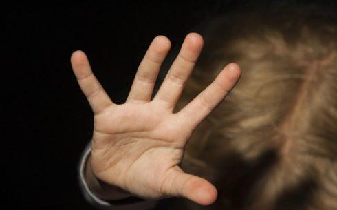 MAJKA NAPLAĆIVALA SILOVANJE ĆERKE (11) OSAM EVRA: Kad se devojčica opirala, ona ju je kažnjavala na MONSTRUOZAN način