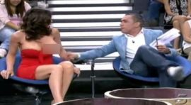 NAJVEĆI TV BLAM! Voditelj joj usred emisije skinuo haljinu i svi su buljili u njene gole grudi! (VIDEO)
