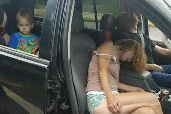 Fotografije šokirale javnost: Predozirani roditelji u automobilu sa četverogodišnjim djetetom